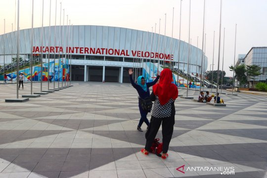 Uji coba LRT membuat Jakarta International Velodrome ramai pengunjung