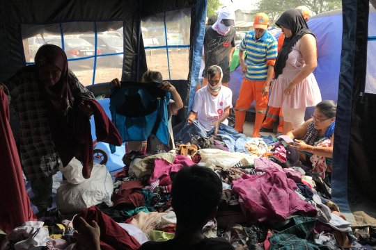 Warga korban kebakaran Tanah Abang rebutan baju bekas