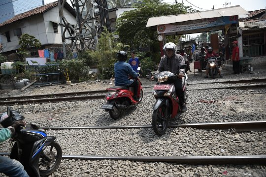 Menantang maut di tepi rel kereta Pejompongan
