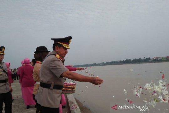 Kapolda Jambi tabur bunga di Sungai Batanghari
