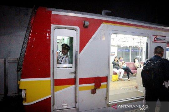 Suara petugas KRL serak, sejumlah penumpang tertawa geli