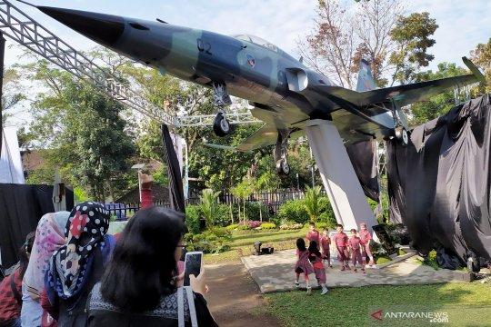 TNI-AU hadiahi Taman Lalu Lintas Bandung pesawat tempur F-5