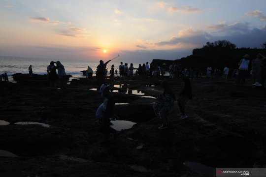 """Belasan ribu wisatawan nikmati """"matahari terbenam"""" di Tanah Lot"""