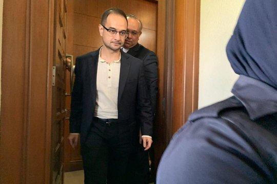 Anak tiri Najib Razak didakwa terkait 1MDB