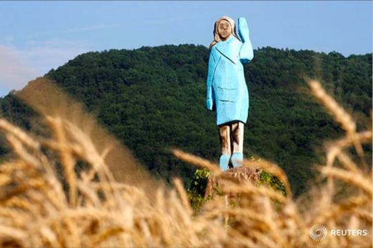 Patung kayu Melania Trump di Slovenia dibakar