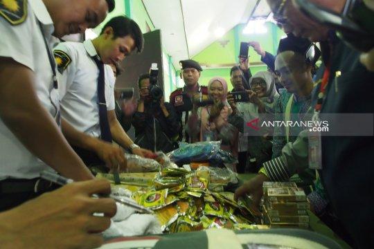 PPIH Surabaya amankan 23 koper berisi rokok dan obat tradisional