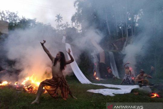 """Belasan seniman performa gerak """"Mbuka Lumbung Gunung"""" di Sungai Senowo"""