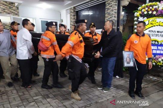 Berangkat dari rumah duka, jenazah Sutopo kembali diterbangkan