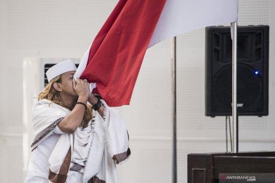 Bahar Smith cium Bendera Merah Putih usai divonis tiga tahun penjara