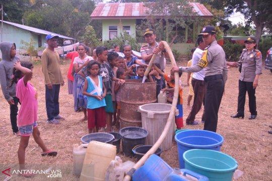 Polres Belu bagikan 73 tangki air bersih