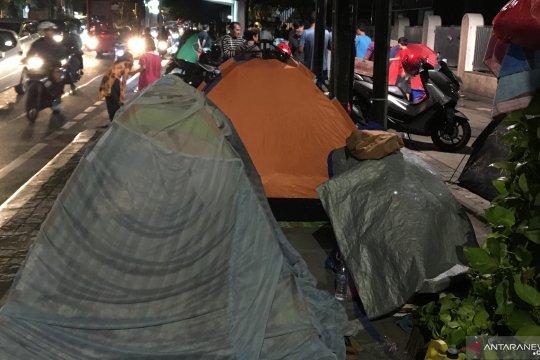 Pencari suaka di Jalan Kebon Sirih butuh bantuan air minum
