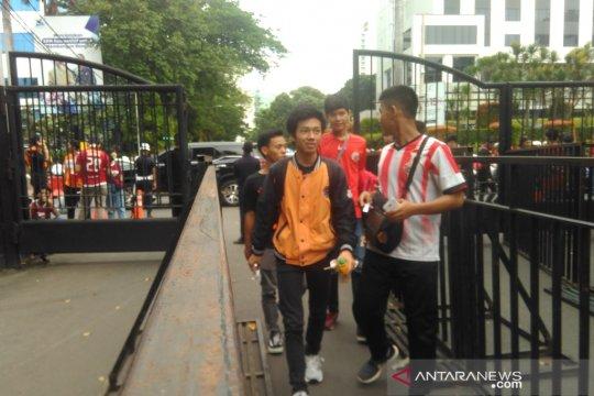 Penonton tanpa tiket dilarang memasuki kompleks Gelora Bung Karno
