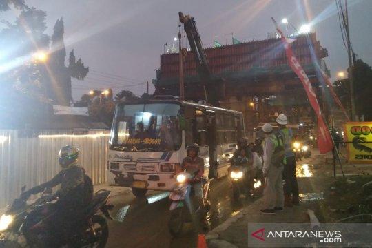 Usai evakuasi runtuhan Tol BORR, Jalan Sholeh Iskandar dibuka terbatas