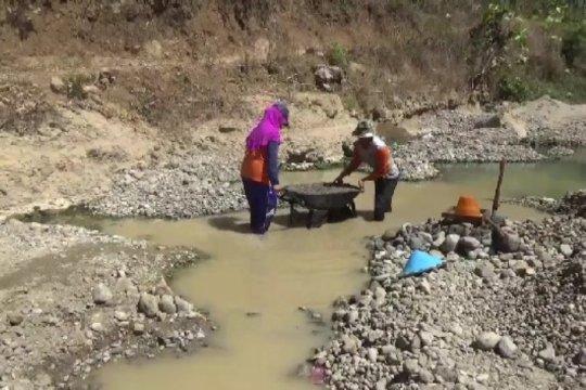 Petani Magetan beralih pekerjaan menjadi pencari pasir dan batu