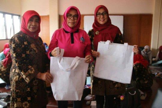 PKK Jakarta Utara olah spanduk sisa kampanye jadi tas belanja