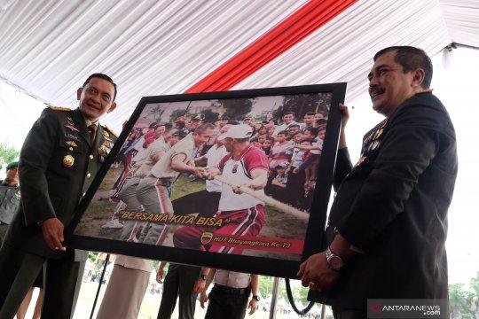 Serahkan foto sinergitas TNI-Polri