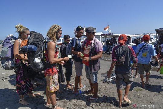 Wisatawan berkunjung ke Tiga Gili