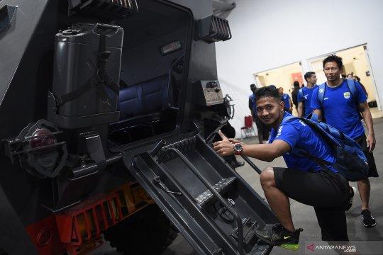 Pemain Persib Bandung keluar Kompleks Stadion Utama GBK naik Barracuda Polri