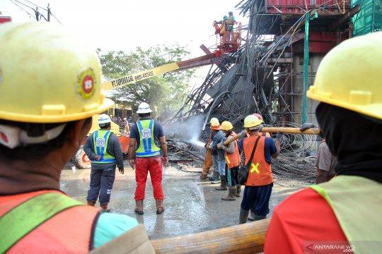 Jalan Sholeh Iskandar masih ditutup imbas coran tiang Tol BORR ambruk