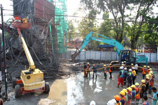 Tiang penyangga proyek tol BORR ambruk