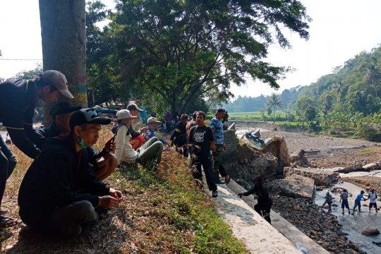 Pemkab Cianjur pasang bronjong tangani darurat irigasi Cisokan