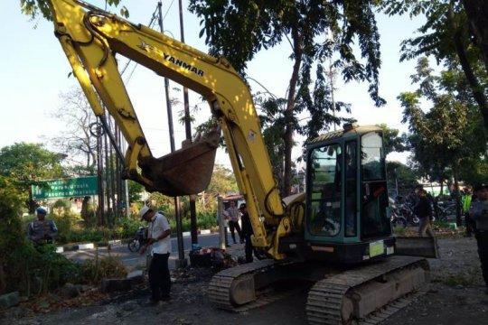 Jasa Marga bongkar puluhan lapak liar di  akses keluar tol Surabaya