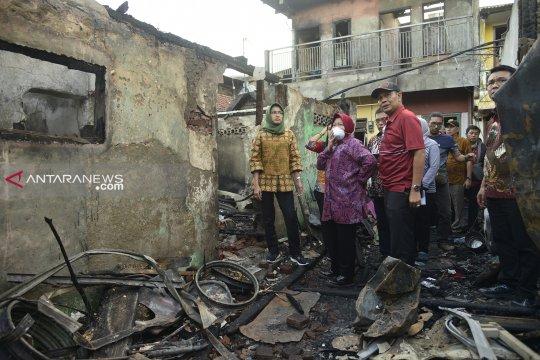 Risma bantu renovasi rumah warga kebakaran Margorukun Surabaya