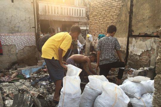 Korban kebakaran Tebet bersihkan puing rumah yang gosong
