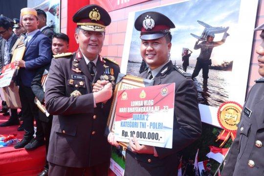 Kadivhumas Polri serahkan hadiah ke pemenang lomba vlog dan foto
