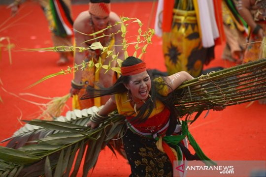 Tari Dayak Kaharingan tarik perhatian pengunjung Pesta Kesenian Bali