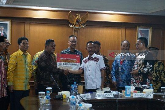 Mensos serahkan bantuan Rp2,9 miliar untuk korban konflik Buton