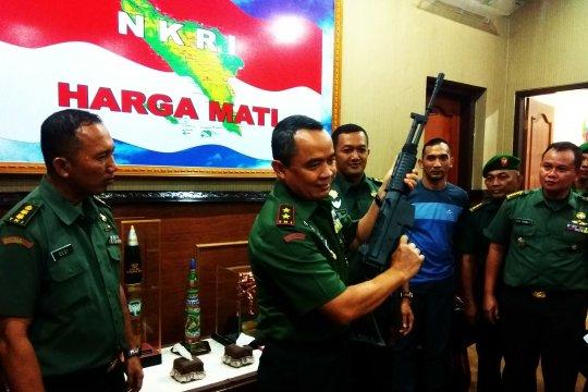 Warga Aceh serahkan enam pucuk senjata sisa konflik ke Kodam