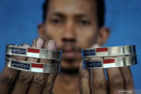 Produksi gelang identitas haji Indonesia