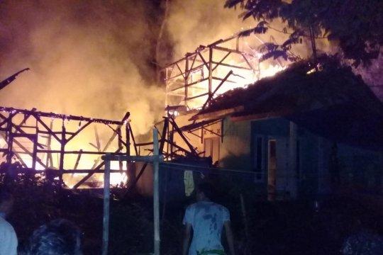 Diduga tabung gas bocor dua rumah terbakar