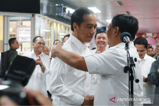 Pelukan Joko Widodo-Prabowo yang menyejukkan