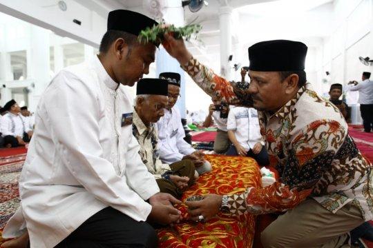 """Bupati Aceh Besar memimpin """"Peusijuek"""" jamaah calon haji"""