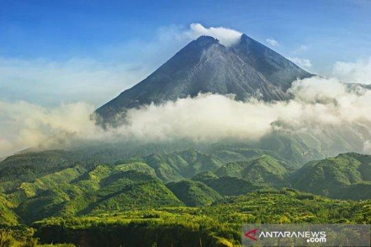 Gunung Merapi luncurkan 2 awan panas guguran sejauh 1.000 meter