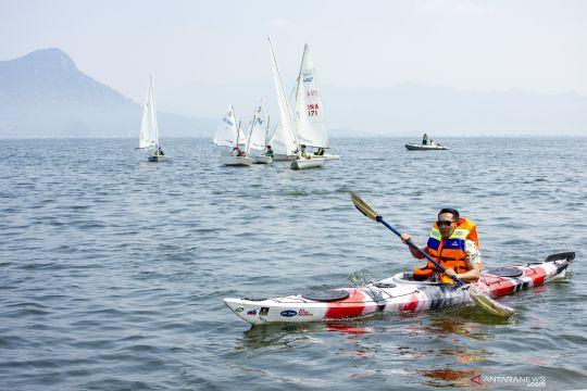 Ridwan Kamil bermain kayak di waduk Jatiluhur
