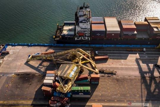 """Container crane"" di pelabuhan Tanjung Emas roboh"