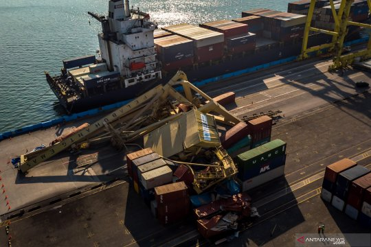 """Tiga """"crane"""" roboh di pelabuhan kontainer terbesar India"""