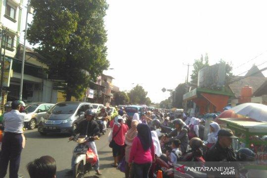 Jalan Nusantara Depok ramai lancar pada hari pertama sekolah