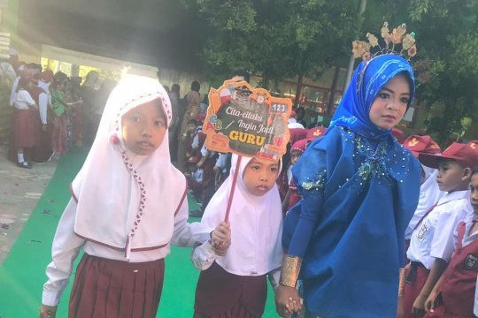 Siswa baru SD Kosamja Makassar bawa papan cita-cita ke sekolah