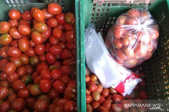 Pedagang Pasar Induk Kramat Jati belum bisa gantikan kantong plastik