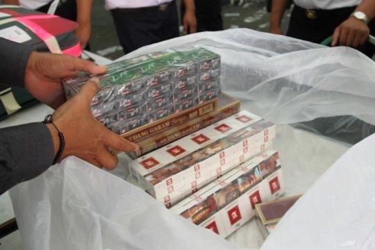 PPIH Embarkasi Surabaya sita puluhan slop rokok di lipatan ihram