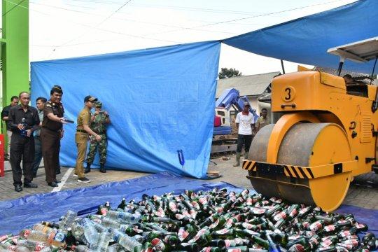 Kejari Trenggalek musnahkan ribuan botol minuman keras dan narkoba