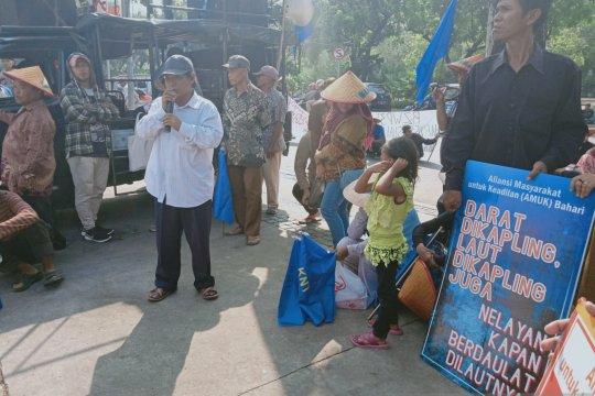 Nelayan unjuk rasa di depan Balai Kota Jakarta tolak Perda Zonasi