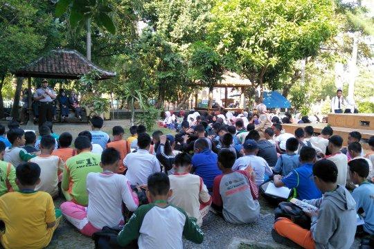 Ratusan siswa SMPN 6 Mataram berhamburan keluar kelas saat gempa Bali