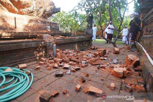 Bagian candi di Pura Lokanatha rusak akibat gempa Bali