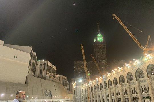 Shalat khusuf di Masjidil Haram saat gerhana bulan di langit Mekkah