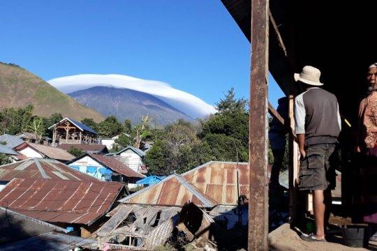 "Warga berswafoto dengan latar fenomena ""topi awan"" Gunung Rinjani"